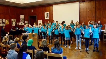 12.09.2017: Die SG Voices begrüßen die neuen Mitschülerinnen und Mitschüler.