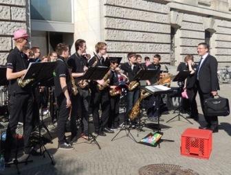 Big-Band des Schubart-Gymnasiums Aalen begeistert Reisende und Streikende in Berlin