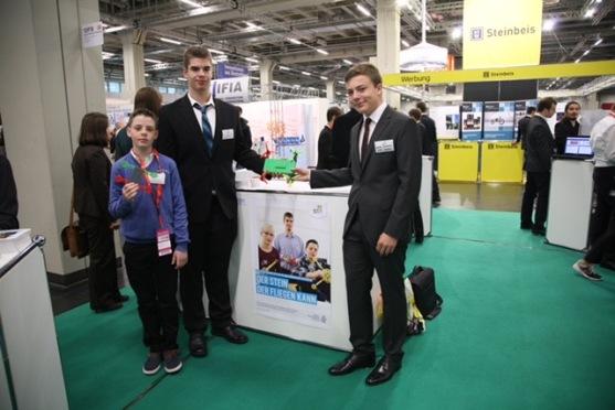Jakob Jarebica (SG) , Jan Maresch und Leonard Kinzler (beide MPG) bauen den LEGO-Quadrokopter (IENA Nov. 2016)