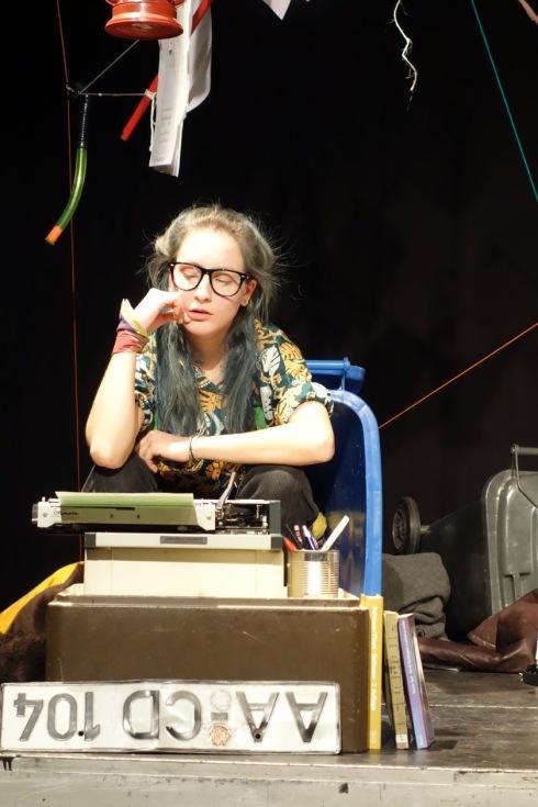 Lulu, die zornige Poetin, malträtiert die Olympia-Schreibmaschine!