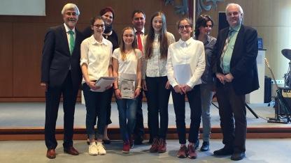 Nele Ruoff, Anna Rudolphi, Paula Vogel und Sophie Weber (alle 8b) freuen sich mit ihrer Lehrerin Renate Esber-Trost über einen Kreispreis
