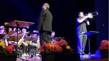 24.05.2017: Big Band Battle in der Stadthalle Aalen | Bandleader Magnus Barthle hat den Rhythmus im Blut.