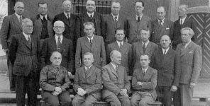 Kollegium der Schubart-Oberschule 1949 v.l.n.r.: Vorderste Reihe: Dr. Keller, Seibold, Buck, Häußinger. Zweite Reihe: Dr. Stotz, Dr. Dürr, Prof. Mahler, Leißle, Mayer-Rosa, Dr. Obert, Mayer. Dritte Reihe: Dr. Wolf, Dr. Schiedeck, Plickert, Wanner, Ulmschneider, Heintzeler, Großkopf, Steinhilber.