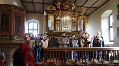"""25.01.2018: Audienz bei der """"Königin"""" von St. Johann — die Abiturienten mit KMD Thomas Haller vor der Allgeyer-Orgel (anno 1802)"""