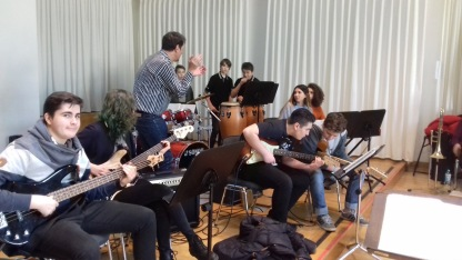 14.03.2018: Prof. Tilmann Jäger von der Musikhochschule entführte die 31 jungen Jazzer in die offenen Geheimnisse des vielschichtigen afro-kubanischen Grooves