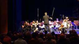 11.04.2018: Stephan Kühling dirigiert liebevoll das Jung-Orchester der Musikschule